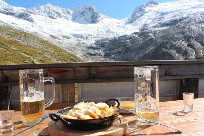Kaiserschmarrn auf Tisch an Greizer Hütte