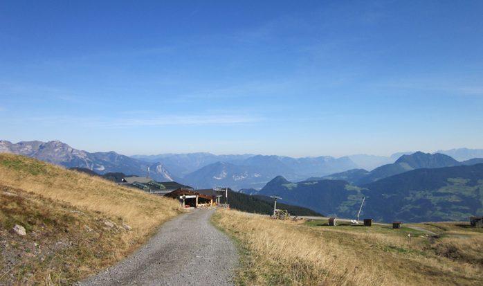 Von der Bergstation der Spieljochbahn geht es zunächst auf einer Fahrstraße bergauf. Diese verlassen wir bald und nehmen den Alpinsteig zum Kellerjoch.