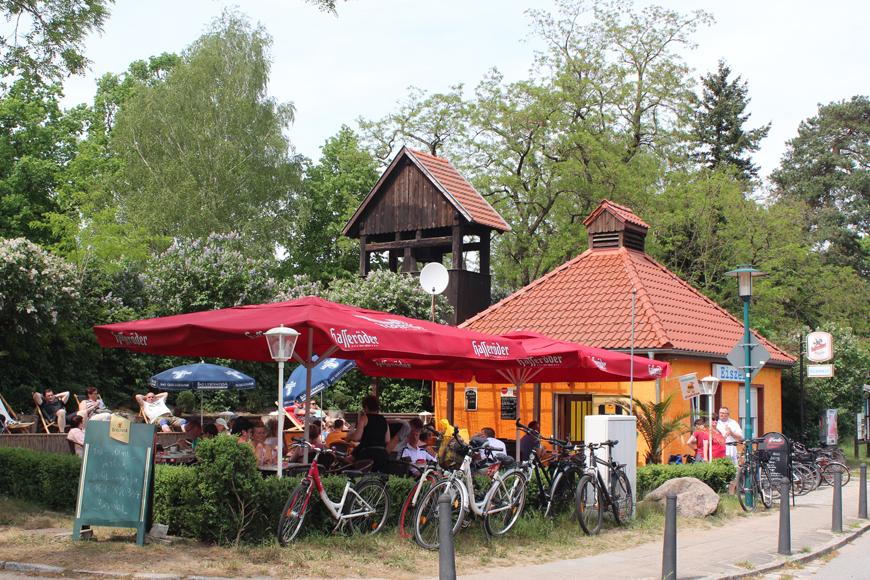 Eispause im Café Eiszeit in Eichhorst am Werbellinsee: In den Liegestühlen können wir die Sonne besonders gut genießen