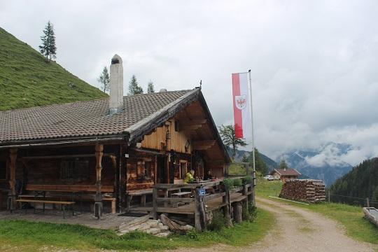 Urig & echt: Die Gütenbergalm bietet eine Jause und Platz, um gemütlich beisammen zu hocken