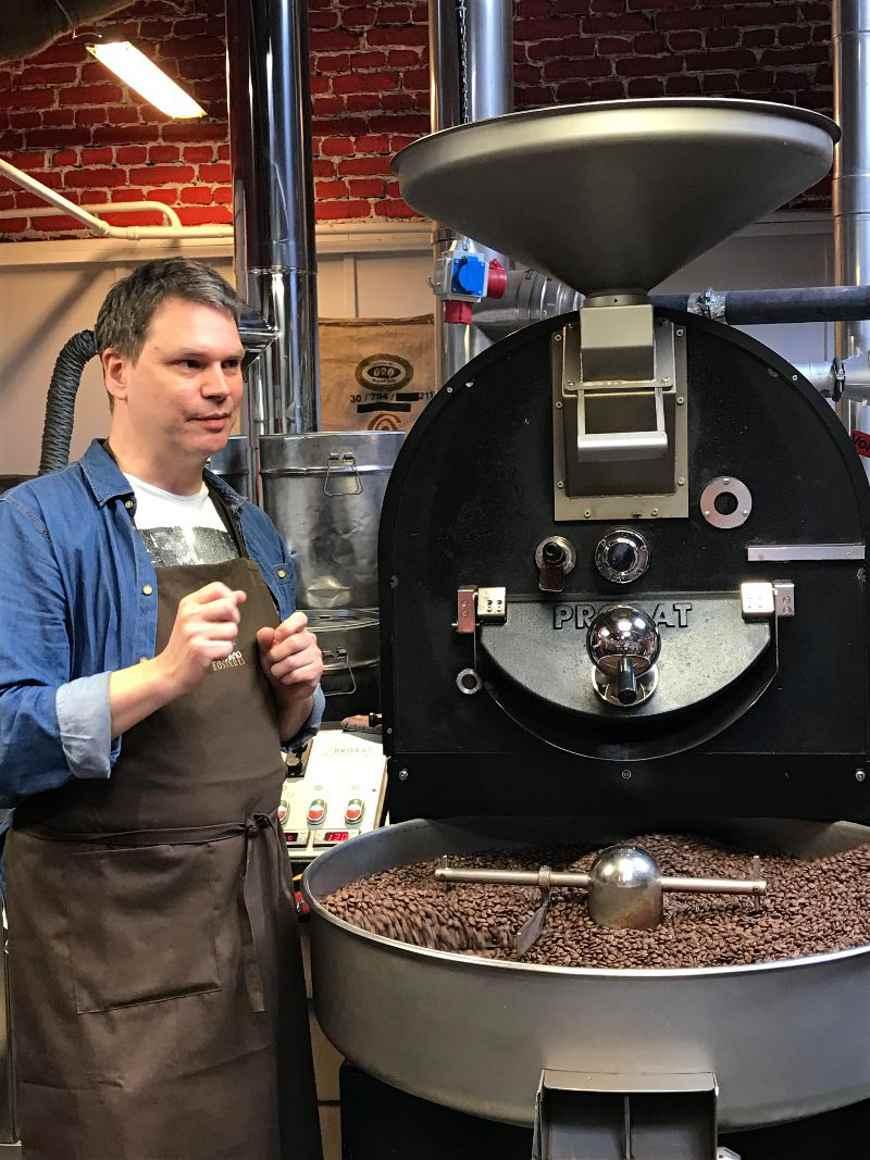 Kaffeesommelier vor Trommelröstmaschine Dresdner Kaffeerösterei