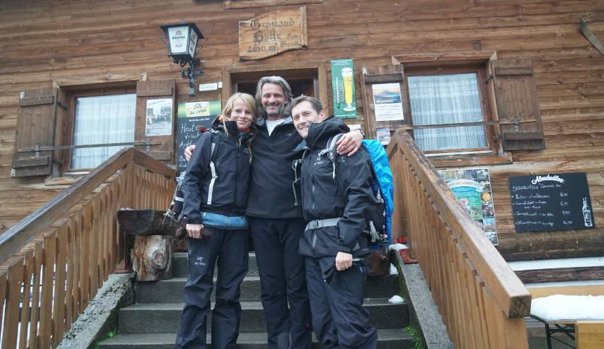 Wirt Grawandhütte Zillertal Martin mit Gäste vor Grawandhütte