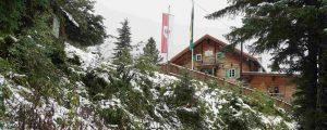 Grawandhütte in Winterlandschaft