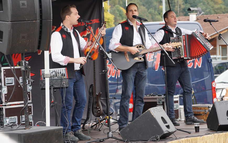 Die Musikgruppe Die Fetzign aus dem Zillertal beim Auftritt in Stumm im Zillertal