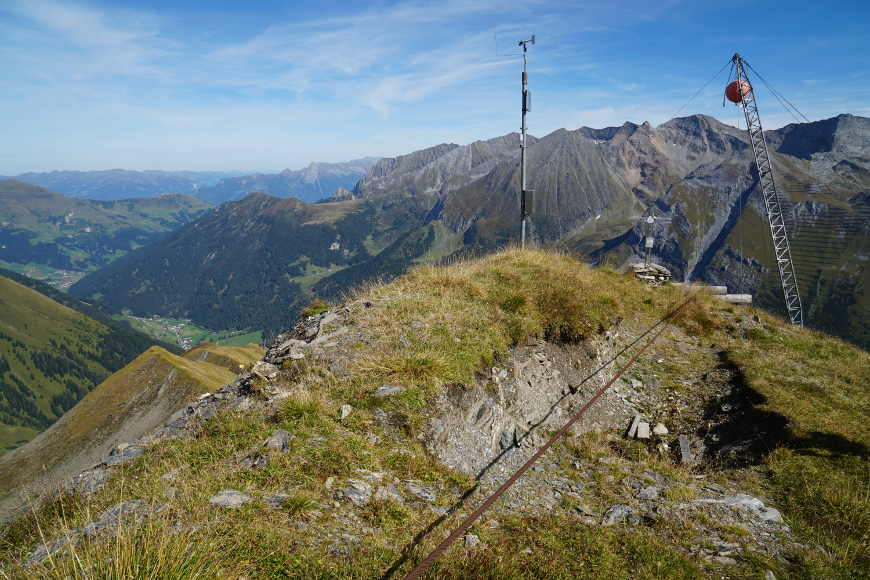 Stahlseile an der Wandspitze: die benachbarte Kellenspitze ist bereits wegen Steinschlags gesperrt